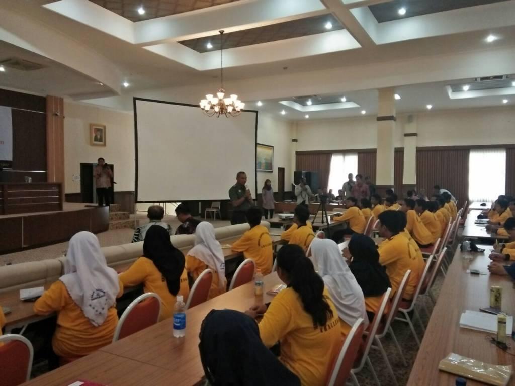 Danrem 084/Bhaskara Jaya, Kolonel Kav M. Zulkifli menjadi pemateri di acara Leadership dan Entrepreneurship Challenge yang diikuti oleh ratusan pelajar di Kota Surabaya, Jumat (22/12). Foto: Penrem