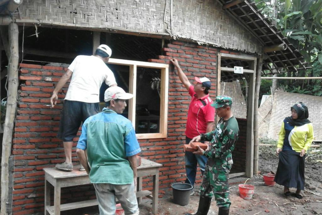 Babinsa Desa Sumberdadap Sertu Suwito bersama sama dengan warga setempat, melaksanakan gotong royong membedah rumah Ibu Mukilah, Rt. 17 Rw.03, Ds. Sumberdadap Kec. Pucanglaban. Foto: Dok. Koramil 0807 Pucung Laban