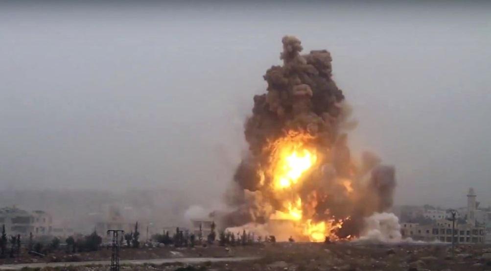Sebuah ledakan bom kendaraan yang menyerang pasukan pemerintah Suriah di wilayah barat daya dari Aleppo, Suriah (28/10). Foto: Associated Press/AP