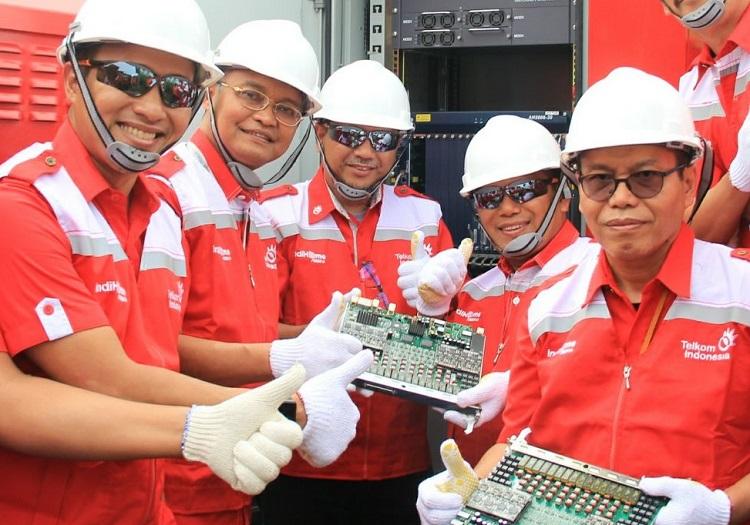 Direktur Network & IT Solution Telkom Zulhelfi Abidin (kedua dari kiri) usai mematikan perangkat MSAN sebagai tanda telah selesainya proses modernisasi jaringan ICT menjadi 100 % Fiber Optik di kota Cilegon (Foto Istimewa/Nusantaranews)