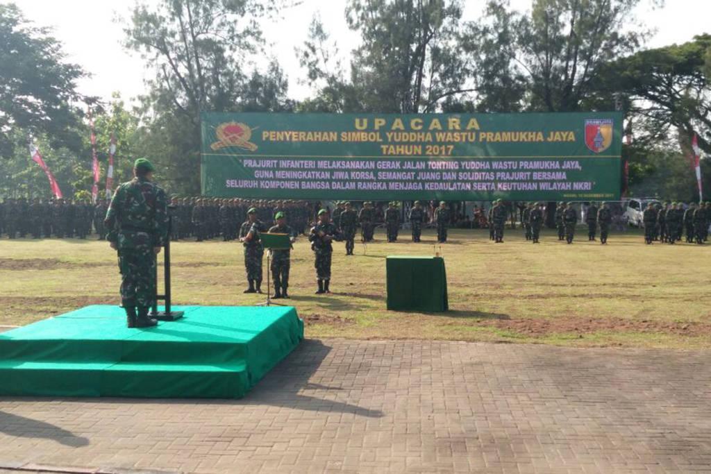 Upacara penyerahan simbol Peleton Yudha Wastu Pramuka Jaya Tahun 2017 yang dipimpin oleh Kepala Staf Divisi Infanteri 2/Kostrad Brigjen TNI Syafrial bertempat di Lapangan Benteng Pendem Kab Ngawi, Sabtu (16/12/17). Foto: Penrem