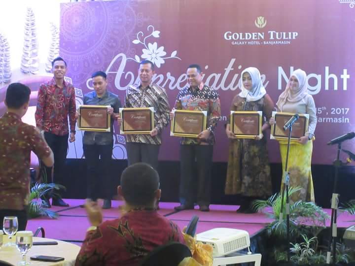 Pemberian penghargaan kepada pejabat Banjarmasin dari Hotel Golden Tulip. Foto: Herpani