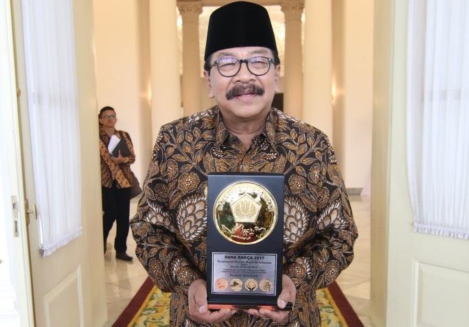Gubernur Jatim Soekarwo peroleh penghargaan Dana Rakca (Foto Istimewa/Nusantaranews)