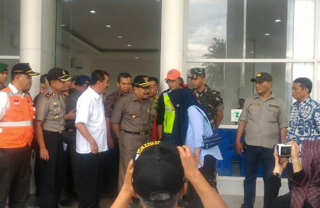 Gubernur Jawa Timur Soekarwo saat kunjungan ke lokasi bencana di Pacitan (Foto Nurcholis/Nusantaranews)