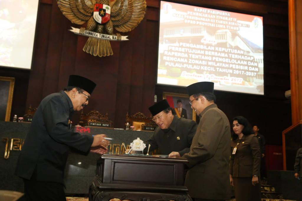 Gubernur Jawa Timur tandatangani Raperda tentang pengelolaan dan rencana zonasi wil pesisir dan pulau2 kecil 2017 - 2037. Foto: Tri Wahyudi/NusantaraNews