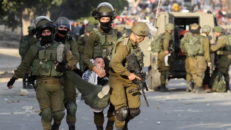 Pasukan Israel menyeret warga Palestina yang menggelar aksi demonstrasi di Tepi Barat. Foto: Aljazeera