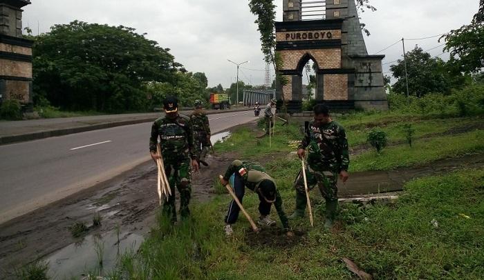 Pentingnya Penghijauan, Kodim 0803/Madiun Tanam Mahoni Sepanjang Jalan Propinsi. Foto Arif Safuan/ NusantaraNews