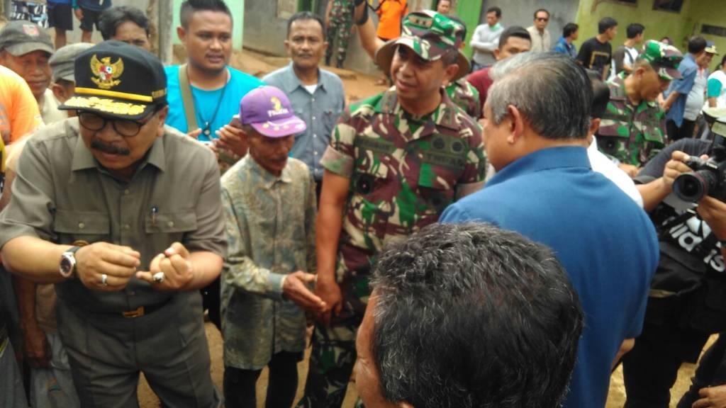 SBY, Gubernur Jawa Timur Soekarwo dan Pangdam V Brawijaya Mayjen TNI Arif Rahman bersama rombongan pejabat daerah lainnya mengunjungi korban bencana alam di Pacitan. Foto: Muh Nurcholis/NusantaraNews