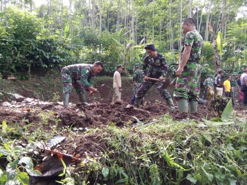 Pada Selasa (12/12), BPBD Jember telah menyiapkan lahan relokasi yang akan dibangun sebuah rumah untuk Munari dan keluarga. Pembangunan rumah ini dikerjakan karya bakti TNI dari Koramil 0824/17 Sumberbaru. Foto: Sis/NusantaraNews