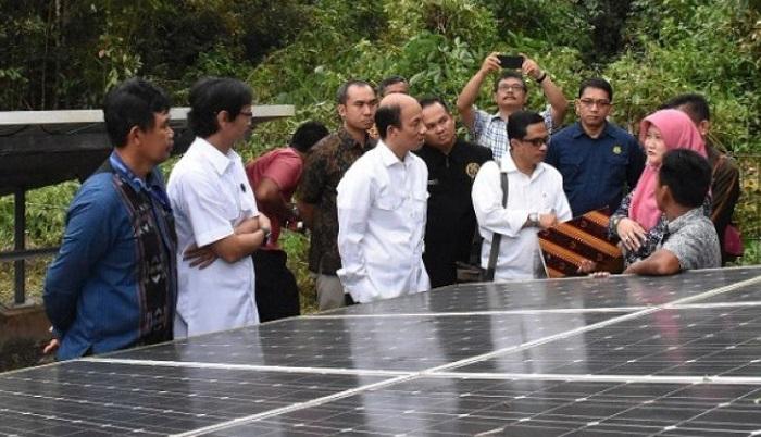 Wamen ESD Arcandra Tahar (tengah) didampingi Dirjen EBTKE Rida Mulyana (kedua dari kiri) meninjau PLTS off-grid komunal di Kabupaten Belitung Timur. (Foto & Teks/Antara)