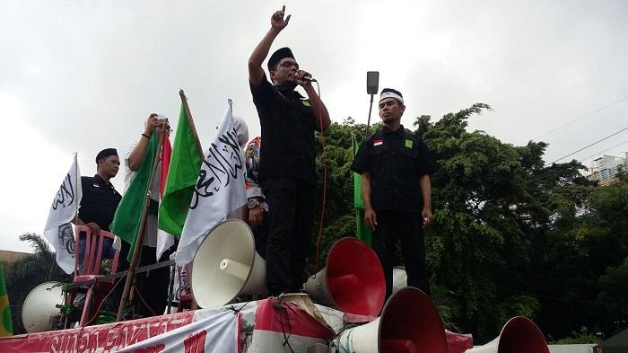 Massa Aksi dari Gerakan Pemuda Islam Indonesia (GPII), menggelar Orasi di depan Kedutaan Besar Amerika Serikat (AS), di Jalan Medan Merdeka Selatan, Jakarta Pusat. Foto Ucok Al Ayubbi/ NusantaraNews
