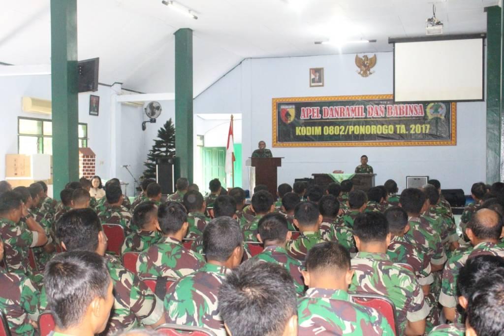 Danramil 0802/07 Badegan Kapten Inf A. Boaz mewakili Komandan Kodim 0802/Ponorogo mengumpulkan seluruh Danramil dan Babinsa. Foto: Nurcholis/NusantaraNews