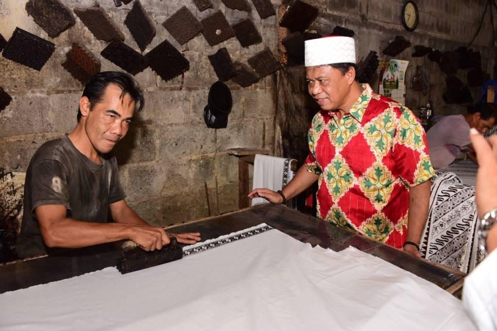 Anton Charliyan mengunjungi pengrajin batik di sentra batik Cigereung Kota Tasikmalaya pada Selasa (19/12). Foto: Istimewa