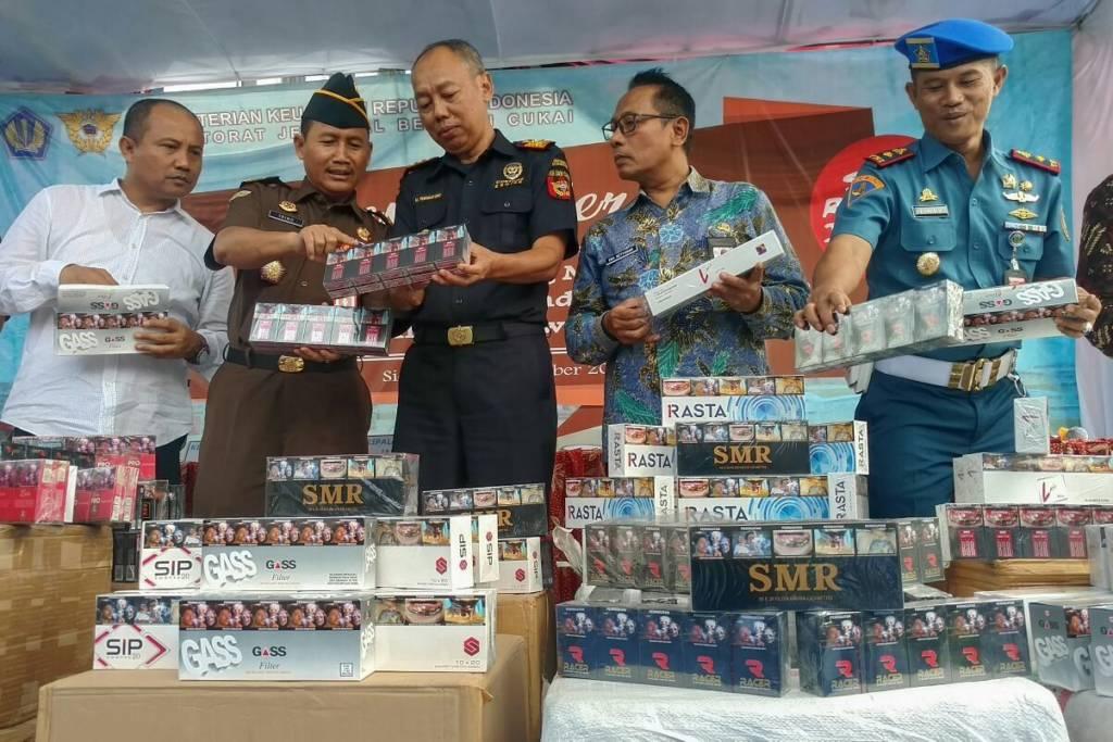 Bea Cukai Jatim I beberkan hasil ungkap produsen rokok ilegal dan pelaku pelanggaran pita cukai tahun 2017. Foto: Tri Wayhudi/NusantaraNews
