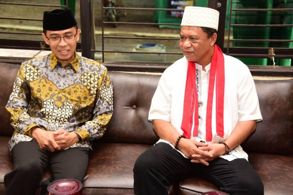 Anton Charliyan dan pengasuh Pondok Pesantren Darusalam Kabupaten Ciamis, KH Fadil. Foto: Istimewa