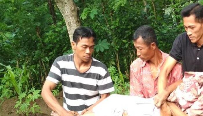 Warga ikut mengevakuasi seorang kakek warga Desa Paringan, Kecamatan Jenangan, Kabupaten Ponorogo yang tewas usai gantung diri. Foto: Muh Nurcholis/NusantaraNews