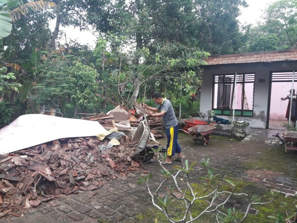 Rumah kediaman Darji (66), warga Dukuh Kwajon Kulon, RT 01 RW 01, Desa Kwajon Kecamatan Bungkal, Ponorogo roboh. Foto: Muh Nurcholis/NusantaraNews
