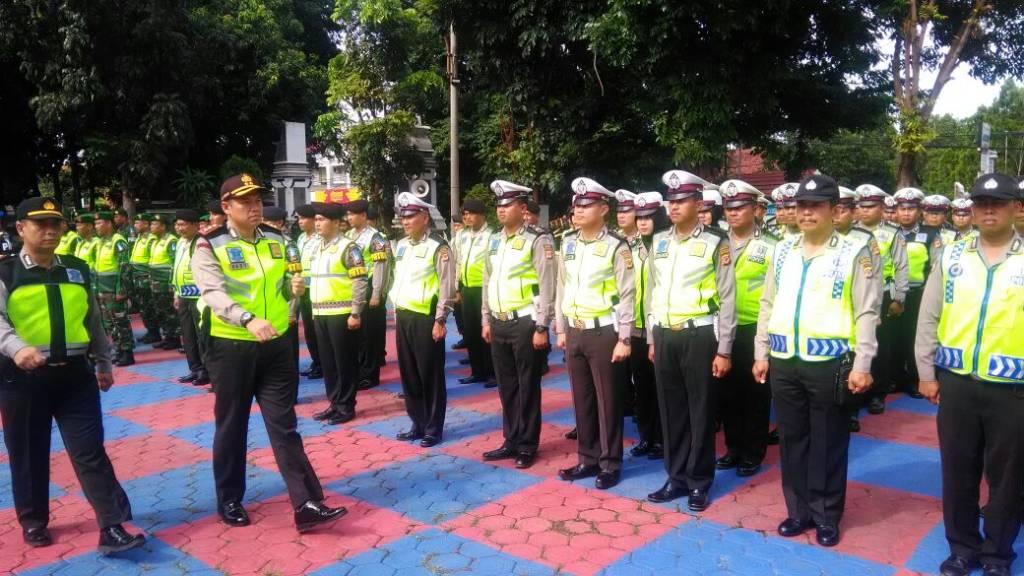 Kapolres Purwakarta AKBP. Dedy Tabrani sedang melakukan pengecekan pasukan yang terlibat dalam apel gelar Operasi Lilin lodaya 2017 di halaman Polres Purwakarta Jabar, Jumat (22/12). Foto: Fuljo/NusantaraNews