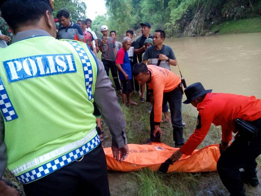 Proses evakuasi jenazah Supiyati (20) warga Ponorogo yang ditemukan tewas karena tengelam di sungai Desa Kapuran. Foto: Muh Nurcholis