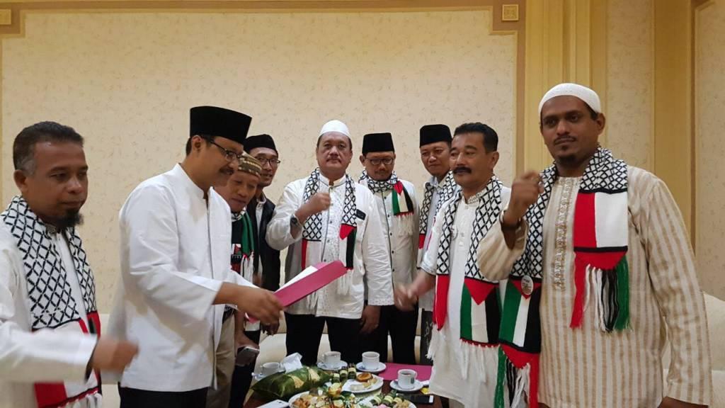 Forum Komunikasi ulama dan kiai se-Jawa Timur menemui wakil Gubernur Jatim Saifullah Yusuf untuk menyerahkan surat dukungan untuk pembebasan Palestina. Foto: Yudhie/NusantaraNews
