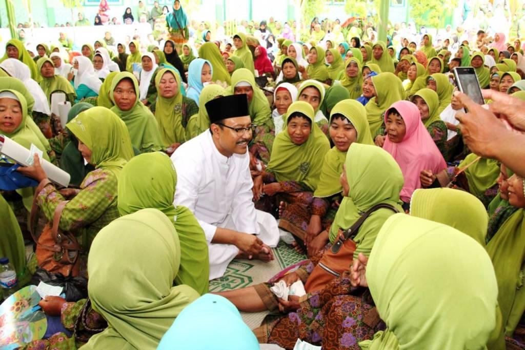 Calon gubernur Jawa Timur Saifullah Yusuf didoakan Muslimat NU Kabupaten Gresik agar memimpin Jatim 2018. Foto: Tri Wahyudi