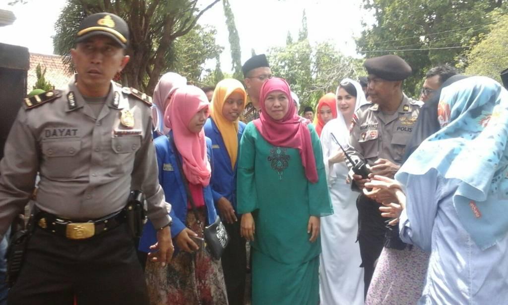 Calon gubernur Jawa Timur, Khofifah Indar Parawansa didampingi Arumi Bachsin (istri Emil Dardak) meresmikan posko pemenangan Khofifah-Emil di Bangkalan, Minggu (31/12/2017). Foto: Tri Wahyudi/NUSANTARANEWS