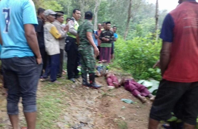 Jasad tiga bocah dievakuasi (Foto: Nurcholis/Nusantaranews.co)
