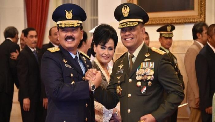 Jenderal Gatot Nurmantyo menyerahkan jabatan Panglima TNI ke tangan Marsekal TNI Hadi Tjahjanto. Foto: Dok. Puspen TNI