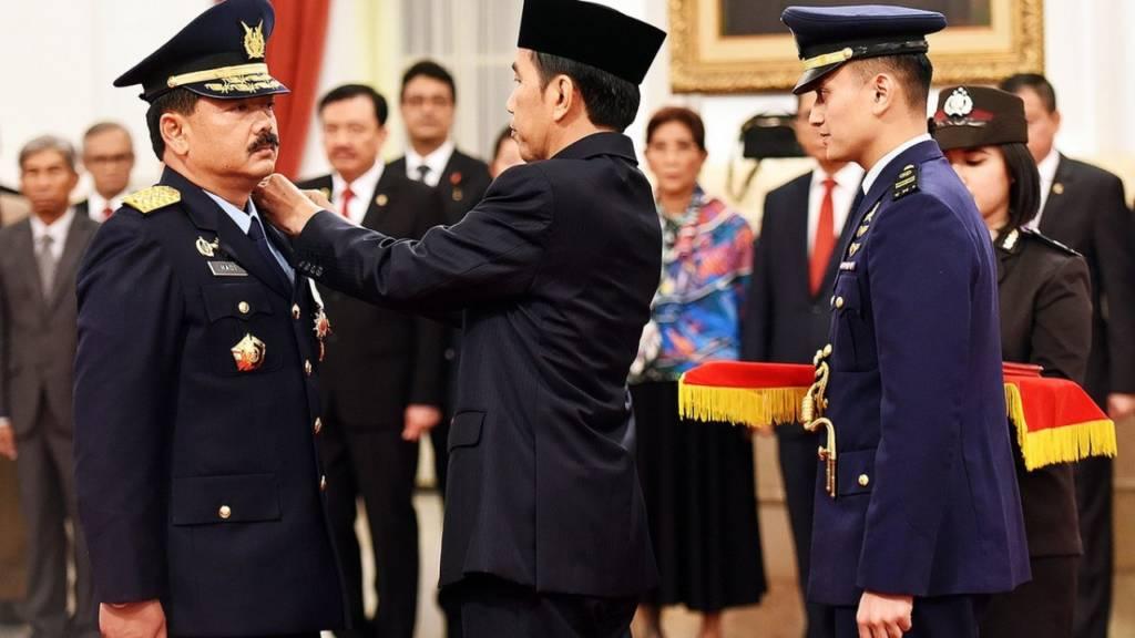 Presiden Jokowi saat melantik marsekal Hadi Tjahjanto sebagai Kepala Staf Angkatan Udara pada 18 Januari 2017 lalu. Foto: Istimewa
