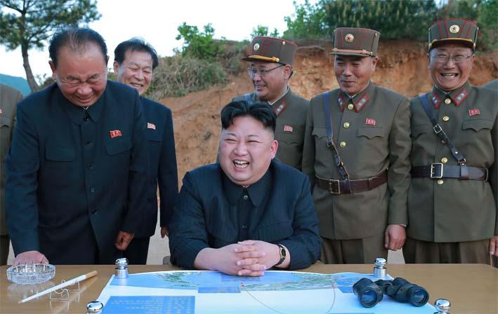 Pemimpin Korea Utara Kim Jong Un, Ri Pyong Chol dengan satu tangan di atas meja dan Kim Jong Sik tepat di belakang Kim sedang memandang ke arah Kim Jong Un/Foto: kcbx.org