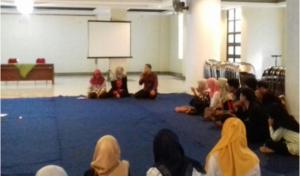 Traveler Messayu Galissa berbagi pengalaman dan motivasi bersama mahasiswa Universitas Muria Kudus. Foto: Rosidi/Istimewa