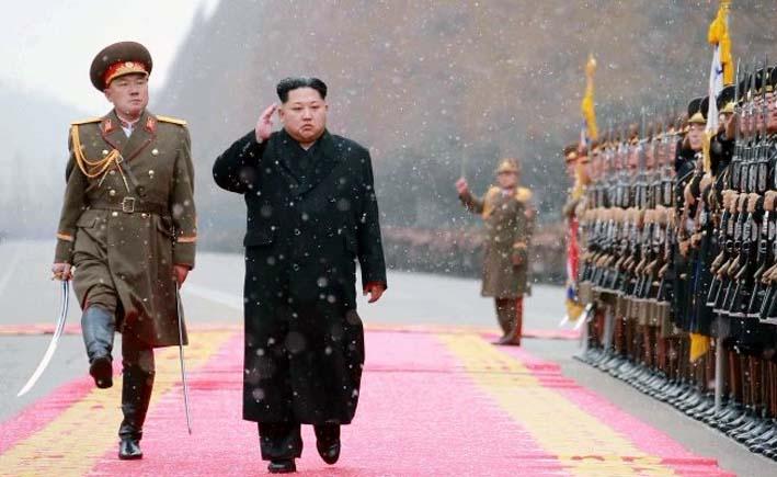 Kim Jong Un Sedang Memeriksa Barisan Pasukan/Foto: abc.net.au