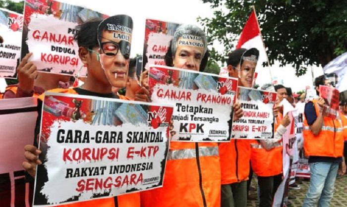 Demonstran, desak KPK tangkap terduga koruptor e-KTP Ganjar Pranowo, Yasonna Laoly dan Oly. Foto: Dok. Istimewa