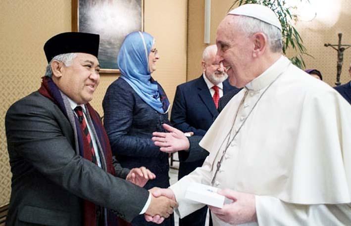 Ketua Umum Pimpinan Pusat Muhammadiyah, Prof. Dr. Din Syamsuddin, berjabat tangan dengan Paus Fransiskus/Foto: Tempo.co