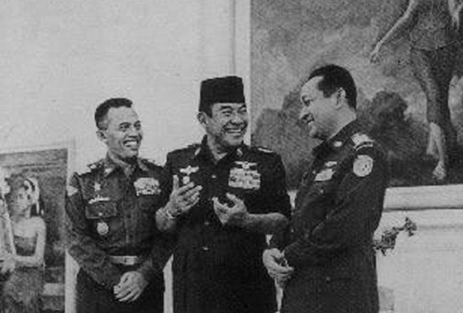 Jenderal AH Nasution, Presiden Soekarno dan Jenderal Soeharto. Foto: Dok. Istimewa