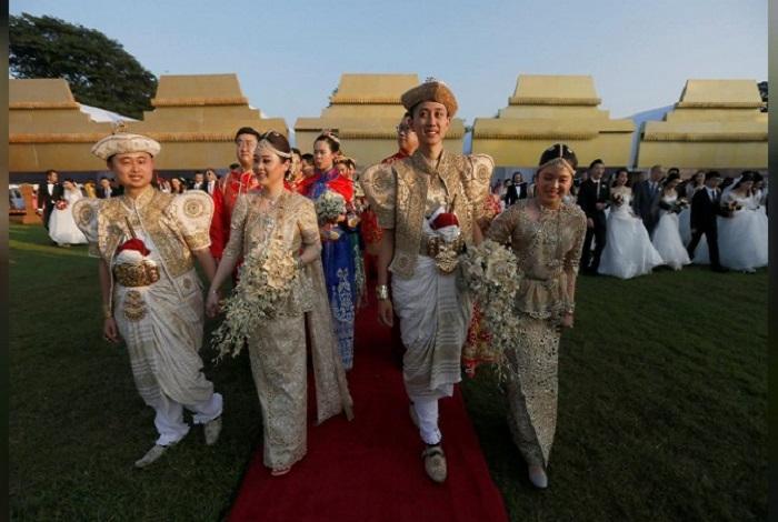 Sebanyak 50 pasangan asal China menikah massal di Sri Lanka menggunakan tradisi Buddhis. Foto: REUTERS