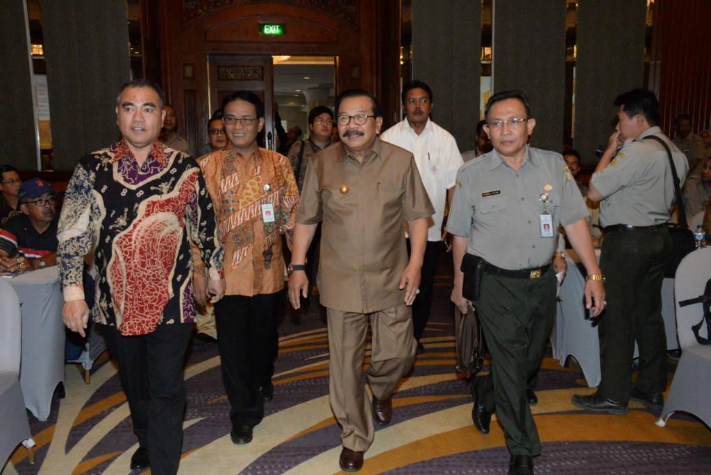Gubernur Jawa Timur, Soekarwo (Pakde Karwo) memastikan Jatim swasembada daging mengingat telah berhasil melakukan inseminasi 1,5 juta sapi betina. Foto: Tri Wahyudi/NusantaraNews