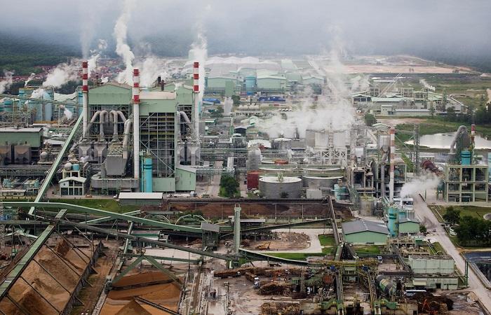 Pabrik bubur kertas milik Riau Andalan Pulp and Paper (PT RAPP). Foto: Daniel Beltra/Greenpeace