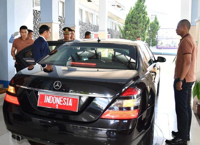 Paspampres bergaya casual saat mengawal Presiden Jokowi ke Bandung. Foto: Biro Pers Setpres