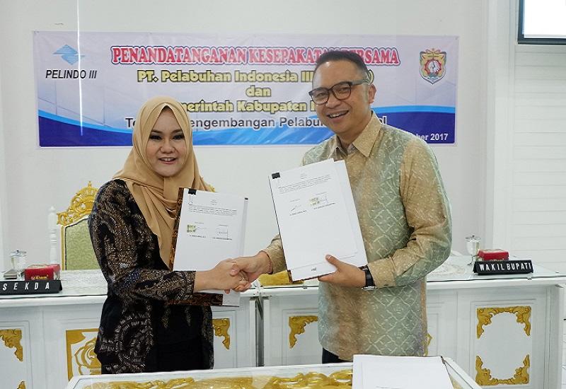 CEO Pelindo III Ari Askhara dan Bupati Kendal Mirna Annisa mendantangani kesepakatan bersama konsep pengembangan Pelabuhan Kendal, Surabaya, Kamis (28/12/2017). Foto: Tri Wahyudi/NusantaraNews