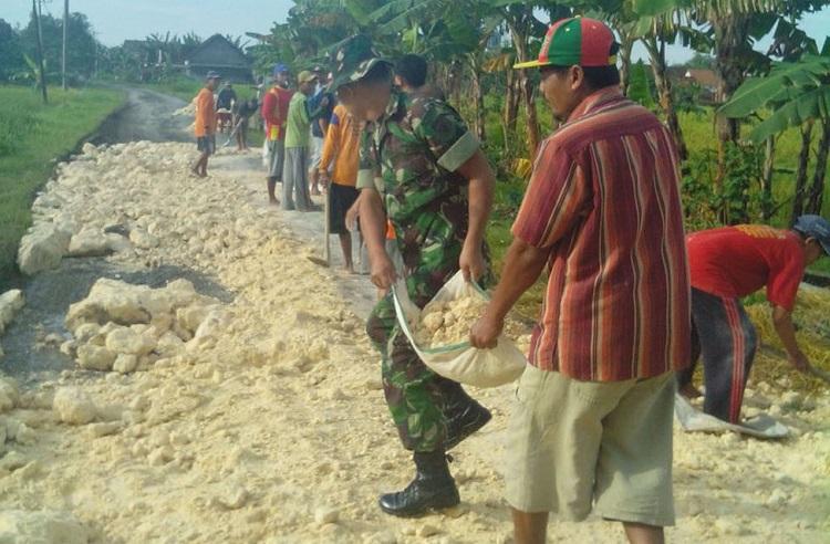 Pengerasan Jalan oleh warga bersama TNI (Foto Istimewa)