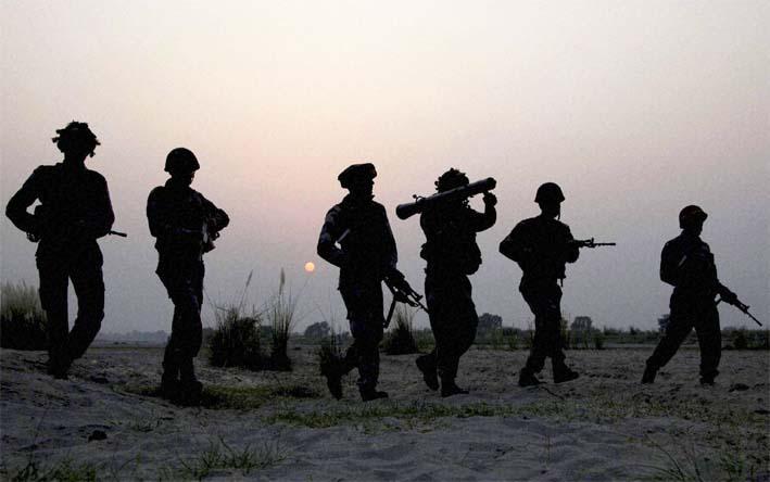 Pasukan Bersenjata Lengkap Sedang Patroli di Perbatasan/Foto:newindianexpress