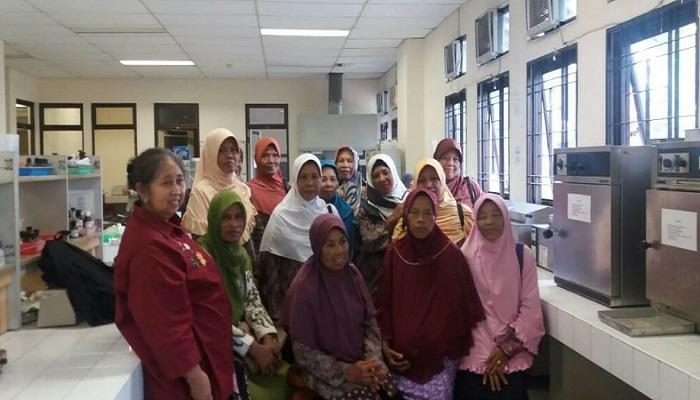 Prof. Dr. Lies Mira Yusiati, SU (kiri), menerima kunjungan Kelompok Tani Wanita Gama Ngudi Lestari sebagai peserta diskusi akhir tahun bertajuk Nutrisi dan Produktivitas Masyarakat Indonesia, di Laboratorium Kampus Fapet UGM, Yogyakarta, Sabtu (23/12/2017), untuk mengetahui proses kontrol kualitas pakan ternak. Fapet UGM mendorong pemerintah untuk meningkatkan pakan ternak dengan komposisi gizi seimbang sebagai upaya meningkatkan protein hewani yang bertujuan untuk meningkatkan produktivitas masyarakat Indonesia.dalam diskusi akhir tahun bertajuk Nutrisi dan Produktivitas Masyarakat Indonesia, di Kampus Fapet, UGM, Yogyakarta, Sabtu (23/12/2017). Foto: Istimewa/Fapet UGM