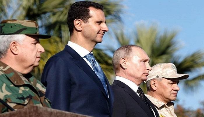 Presiden Rusia Vladimir Putin dan Presiden Suriah Bashar al-Assad saat pengumuman penarikan tentara Rusia dari Suriah di Pangkalan Udara Khmeimim di Provinsi Latakia. Foto: Kremlin Press Office/Handout/Anadolu Agency/Getty Images