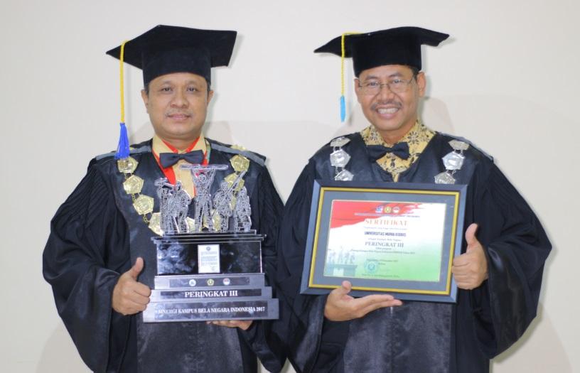 Rektor UMK Dr. Suparnyo (kiri) bersama Wakil Rektor I UMK Dr. Murtono menunjukkan penghargaan SKBNI 2017. Foto: Rosidi/NusantaraNews
