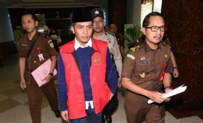 Saudara Taufadi saat di giring ke luar Kejati Jatim menuju rutan madaeng. Foto: Dok. Mahdi/ NusantaraNews