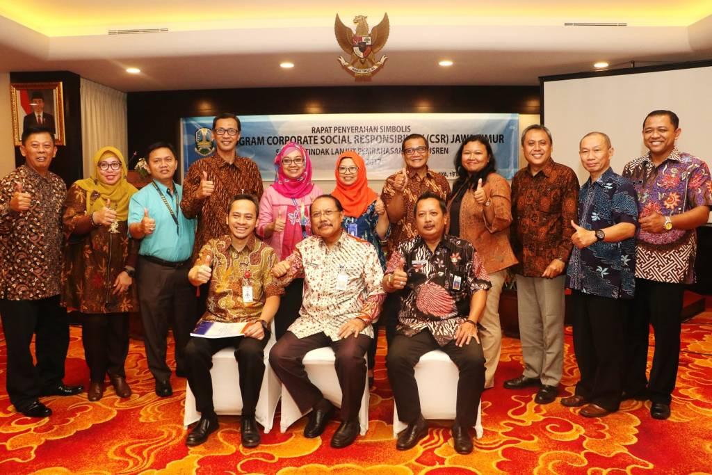 Sekda Prov Jatim Berfoto bersama Tim Verifikasi Program Proritas Pemerintah Daerah di Hotel Elmi Surabaya. Foto: Tri Wahyudi/NusantaraNews