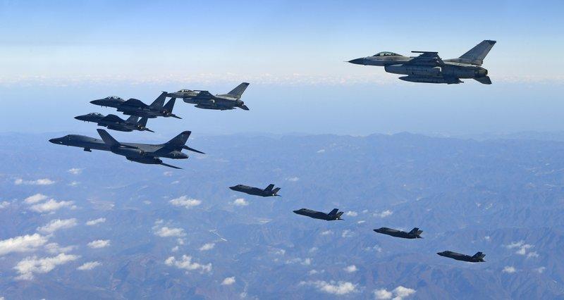 Bomber supersonik B-1B dan jet tempur Amerika Serikat meraung-raung di langit Korea Selatan. Foto: South Korea Defensi Ministry via AP