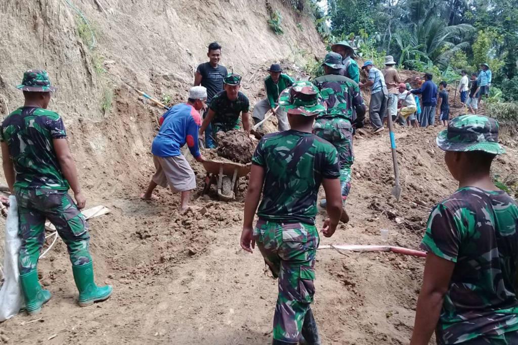 Korem 081/DSJ mengerahkan Pasukannya di beberapa titik akses jalan yang terdampak tanah longsor di wilayah Kabupaten Pacitan. Foto: Penrem