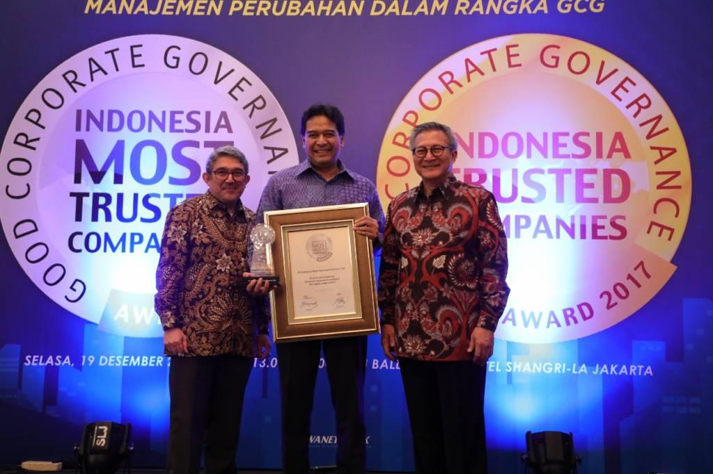 """Chairman IICG G. Suprayitno (paling kanan) dan Chief Editor SWA Group Kemal Effendi Gani (paling kiri) saat menyerahkan penghargaan """"The Most Trusted Company"""" based on Corporate Governance Perception Index (CGPI) pada ajang Indonesia The Most Trusted Companies Award 2017 kepada Direktur Keuangan Telkom Harry M. Zen (tengah) di Jakarta, Selasa (19/12). Foto: Dok. Telkom.Istimewa"""